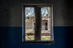 sikt från fönstret i ett övergett övergett hus i Ukraina foto