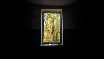 sikt från ett övergett övergett hus i Ukraina foto