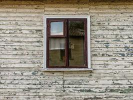 väggar och fönster i ett gammalt övergett trähus i Ukraina foto