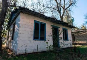 gammalt övergett byhus i Ukraina foto