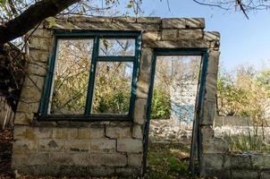 fördärvar av ett gammalt övergett byhus i Ukraina foto