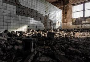 hall i en övergiven fabrik efter bombningen i Ukraina foto