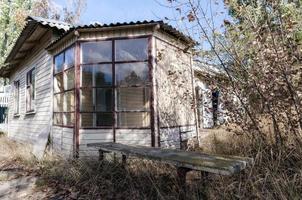 gammalt övergett träbyhus i Ukraina foto