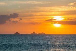 solnedgång vid ipanema-stranden i Rio de Janeiro, Brasilien foto