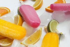 glass och frukt på bordet foto