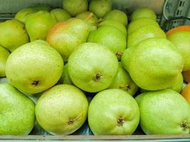 päron vid en bås på en öppen marknad i Rio de Janeiro foto