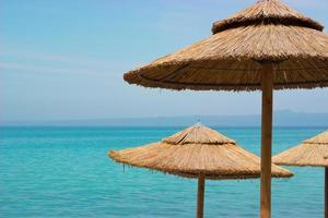 halm parasoller på stranden foto