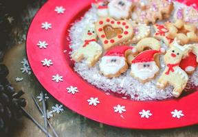 julkakor på röd festlig tallrik med snöflingor foto