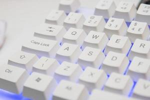 vitt gamertangentbord med färgglada lampor foto