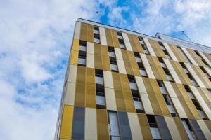 kontrasterande färger och former på byggnadsfasaden mot himlen i Manchester, Storbritannien foto