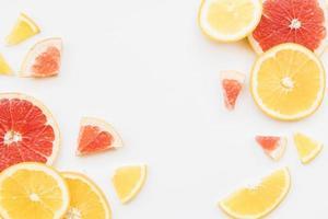 skivor färgglada citrusfrukter foto