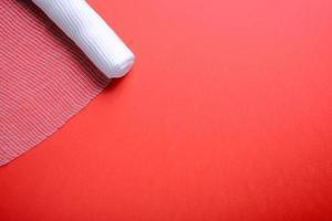 sterilt bandage på röd bakgrund foto