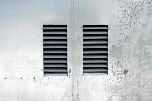 metalldörrar med ventilation foto