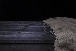 mörkt träbord för produktmontering foto