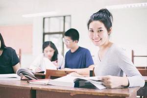 asiatiska studenter som studerar i klassrummet foto
