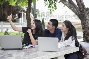 studenter tar en selfie foto