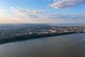 Flygfoto över staden Galati, Rumänien med varmt ljus i solnedgången foto