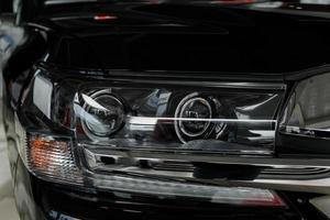 strålkastare i modern prestigefylld svart bil närbild foto