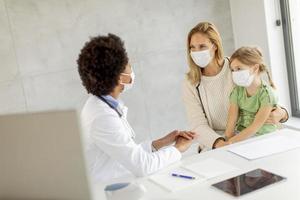 läkare som diskuterar vårdplan foto