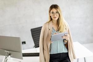 affärskvinna med en tablett foto