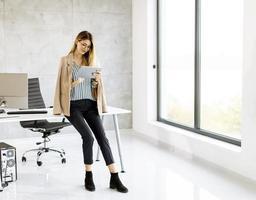 affärskvinna som använder en minnestavla med kopieringsutrymme foto
