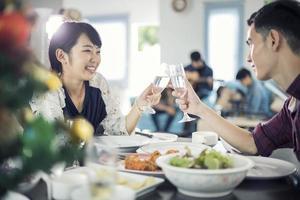 asiatiska unga par njuter av en romantisk middag foto