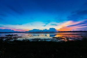 vacker solnedgång över träsket foto