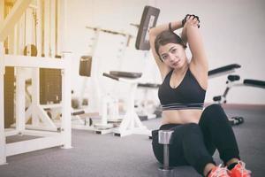 kvinna stretching triceps i gyn foto