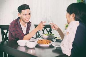 två personer som har en romantisk middag foto
