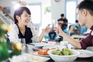 unga asiatiska par på en date foto
