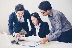 affärsmän som granskar ett kontrakt foto