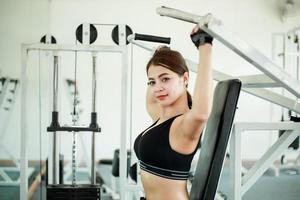 vacker kvinna som tränar i gymmet foto