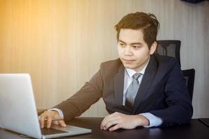 affärsman som arbetar på bärbar dator foto