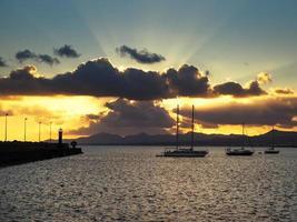 dramatisk kvällshimmel vid Lanzarote Kanarieöarna på arrecife foto