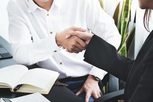 unga affärsmän samarbetar med partners för att öka sitt affärsinvesteringsnätverk för planer på att förbättra kvaliteten nästa månad på sitt kontor foto