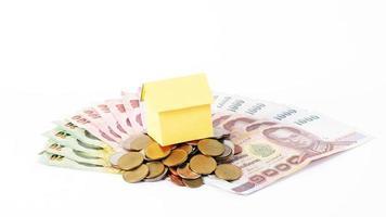 hempapper på thailändska pengar mynt stack och sedlar för lån koncept foto