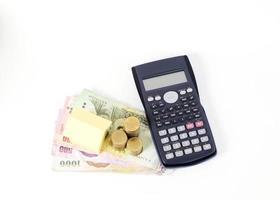miniräknare och hempapper med thailändska pengarsedlar för lånekoncept foto