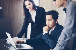 affärslag diskuterar finansiella dokument foto