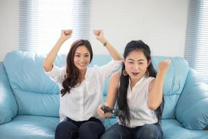 två vänner som spelar videospel foto