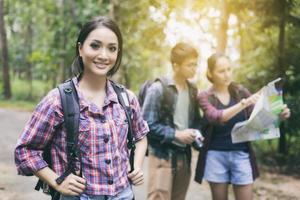 grupp vänner som vandrar i skogen foto