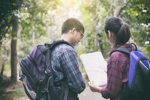 två vänner som vandrar i skogen foto