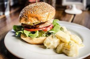 kycklingburger på maträtt foto