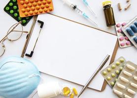 Urklipp blå medicinsk mask och medicinpiller foto