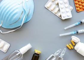 blå medicinsk mask och medicinpiller foto