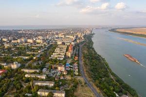 Flygfoto över Galati-staden i Rumänien över Donau-floden foto