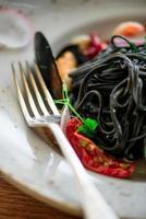 svart spagetti på en tallrik foto