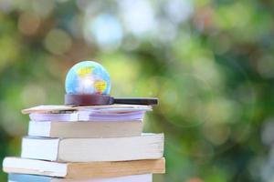 bok om träbord och utbildningskoncept för utbildning foto