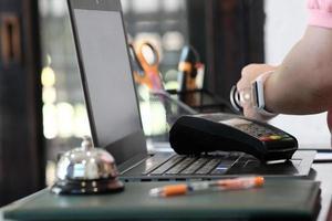 person som använder smart watch för kontaktlös betalning och nära fältkommunikation smartwatch-betalning foto