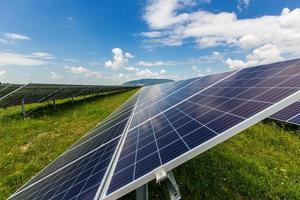 solkraftverk på en bakgrund av himlen foto