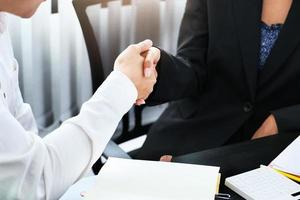 unga affärsmän samarbetar med partners för att öka sitt affärsinvesteringsnätverk för planer på att förbättra kvaliteten nästa månad på sitt kontor. avtalskoncept. foto